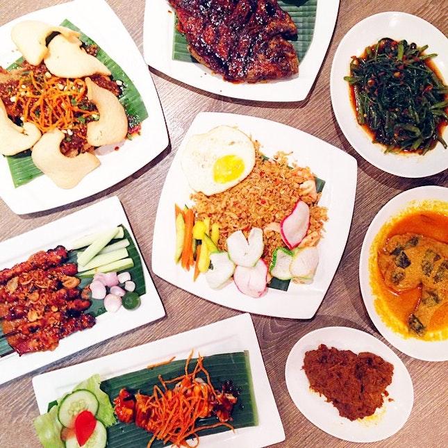Ikan Bakar Kecap (Grilled Pomfret Fish), Cah Kangkung, Ayam Kari Padang (Padang-style Curry Chicken Stew), Rendang Sapi (Slow-cooked Beef Rendang), Cumi Bakar Jimbaran (Grilled Squid with Special Sauce), Sate Ayam Madura (Charcoal-grilled Chicken Satay), Tahu Telor (Beancurd Omelette with Sweet Peanut Sauce), Nasi Goreng Seafood.