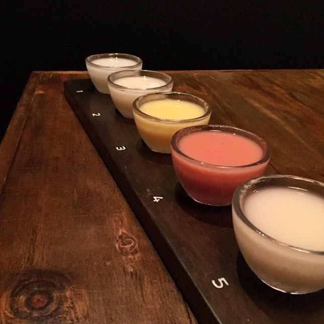 Ordered a Makgeolli sampler 🌈🌈 1⃣ Original - 😊 2⃣ Yuzu - 😊 3⃣ Peach - 😨 4⃣ Strawberry - 😧 5⃣ Lychee - 😍 Ownself order then let the bffs @tingest and @bahblahh clear by themselves 😝 Lychee was the nicest though!!