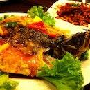 Ooopssss...这只fish最好吃了!!!啊~~为什么我的roti jala 卖完了呢!??好久没吃了😢 #dinner #sunday #fish #yummy #food #instadaily #instaphoto