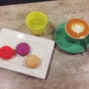 Expresso With Milk And Macarons
