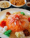 Bountiful lunch at #SzechuanCourt #FairmontSingapore this arvo with this Oceanic Treasures #Yusheng of snow crab, made unique and fresh with young coconut flesh.