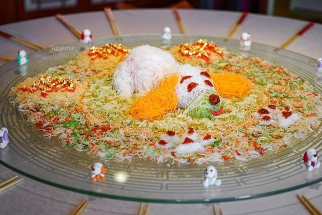 One of the cutest creations this year, the 3D doggy 'Prosperity Salmon #Yusheng with Nashi Pear' from #PeachBlossoms #MarinaMandarin.