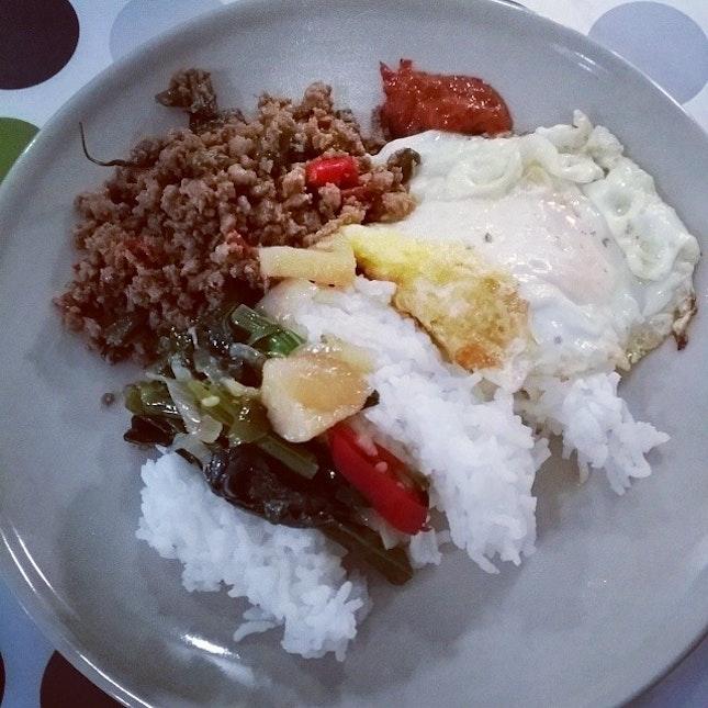#dinner #basilchicken #friedveggieswithfishball and #friedegg #homecooked #geebonciteats #geeboncitfooddiary