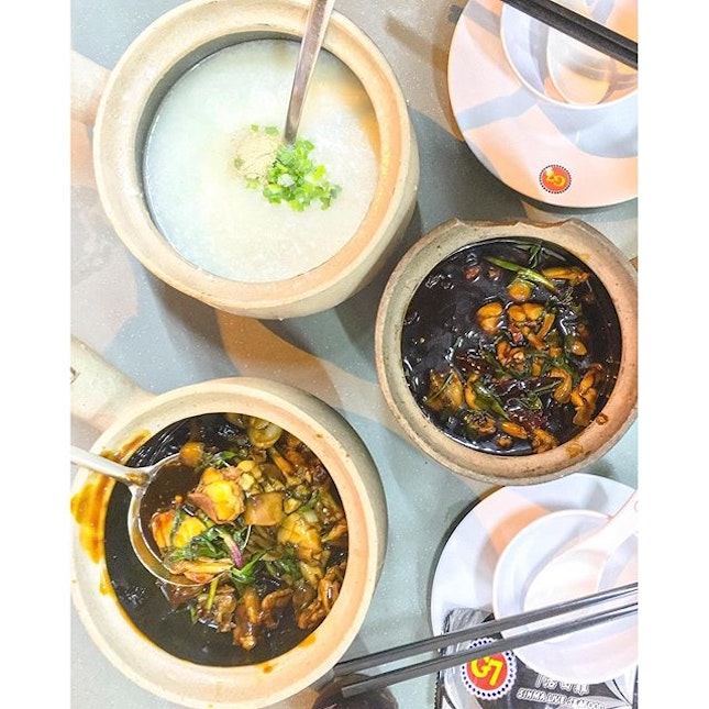 Warming up our souls with pots of porridge and Claypot frogs ($22 - 5 🐸 + porridge).