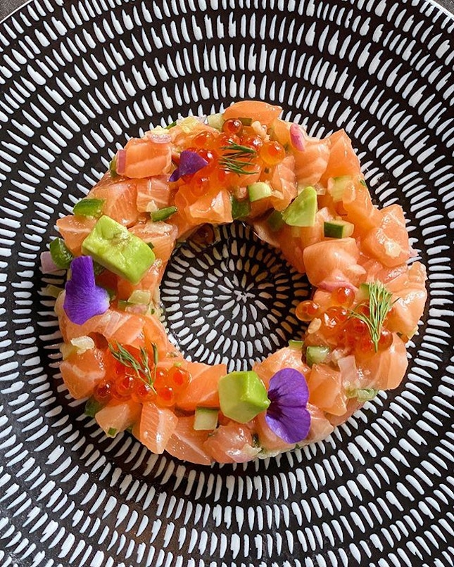 ❤️I give this Salmon Tartare with edible flowers 💯 for presentation.