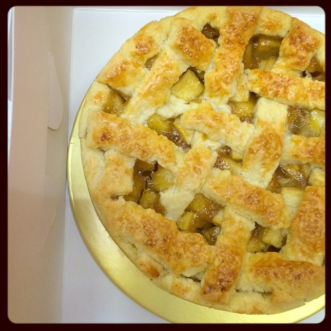 On the way delivering an apple pie ^^ #applepie #apple #pie #appetitbakes #dessert #delicious #sg #sgig #igsg #instafood #sgfood #sgfoodies #instabakes #homemade #homebaked #madeinsingapore  I wish I had the sense to bake  another one cuz it smells delicious ><