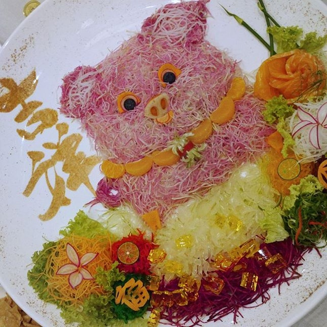 Ushering into the year of Pig 🐽  Here's a cute piggy Lou Hei designed by Chef for you at  @fullertonhotel Jade Restaurant😍 Swipe to look at the all the delicious dishes if you dine there.