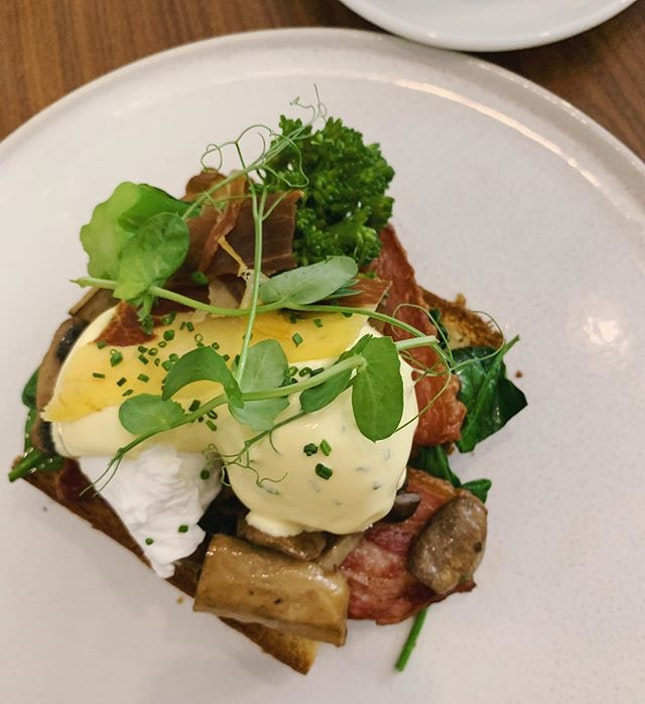 Five Oars Benny [$20] Poached eggs with thick cut bacon, shimeji mushrooms, parma ham crisp and broccolini served on a thick brioche bun 🥰
