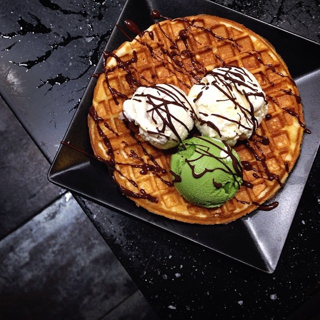 Craving for some waffle fix 🍴 Photo taken at Momiji Japanese Restaurant, loving their free flow of Haagen Dazs ice-cream situated besides the DIY waffle station.