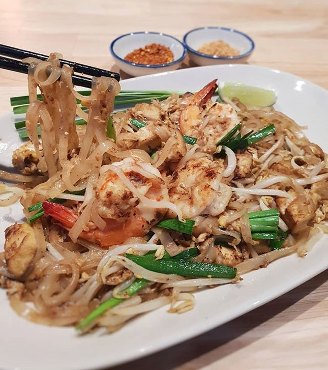 I really appreciate a good plate of {Phad Thai}, and was excited to dig in when this was served!