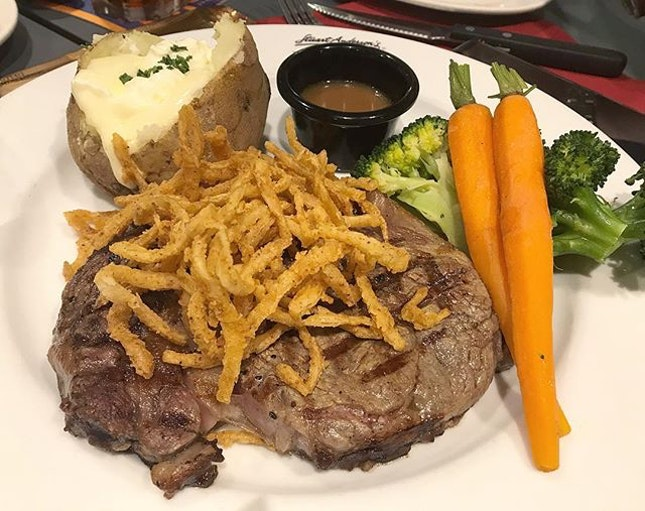 Steak topped with fried onions 🥩 .
