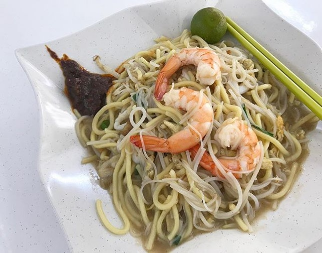 My favourite Hokkien Mee which is oh so delicious 🤤 Uncle makes the best Hokkien Mee and his chilli is 👍🏻 Major cravings for his noodles now that I can't eat any hard food.