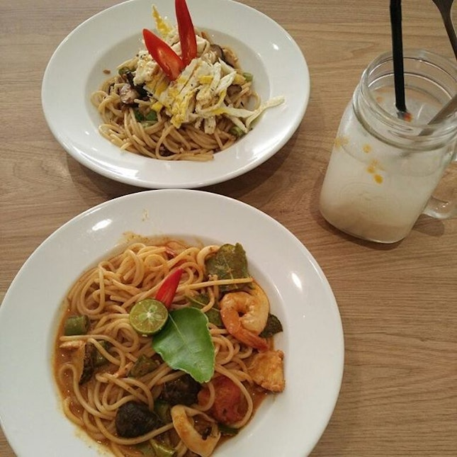 Lunch at cafe pralet - tom yum seafood pasta and hei bi hiam pasta + soursop cooler (which came with a bug!!!!) + carrot cake.