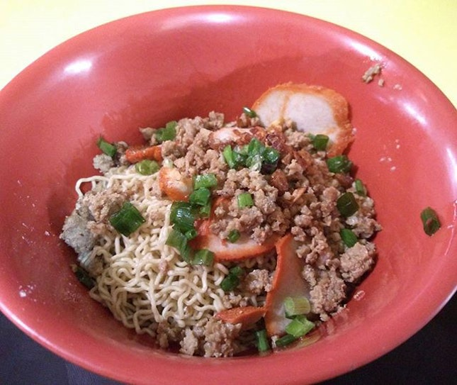 I didn't know there was a Sarawak kolo mee stall at Haig road hawker, until I googled!