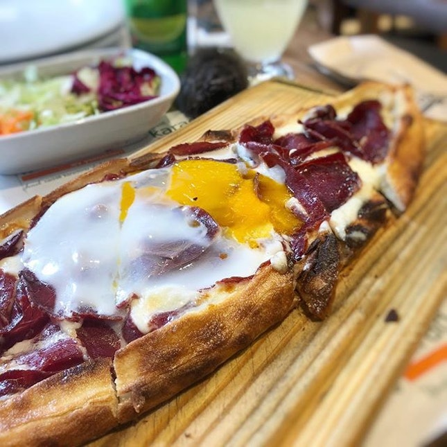 Simple lunch of just a savoury pastrami pide topped with egg :) #PNPturkey #PNPistanbul #poomsandpoms #pomsforgotpoms #pompom #sgfoodies #turkishfood #yummyinmytummy #burpple #turkishpide #pide #eggporn #kadikoy