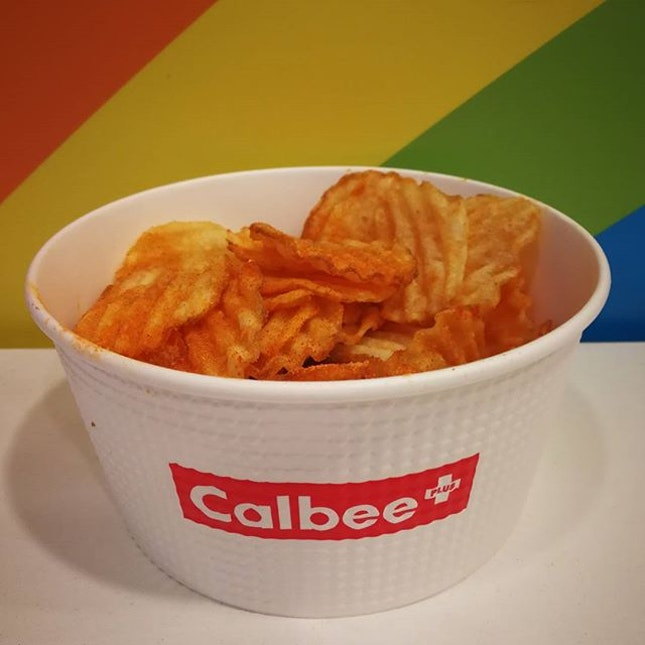 Being a fan of Calbee's hot and spicy crispy premium chips, it had been a dream-comes-true for me when I got this freshly-made, warm hot and spicy Calbee chips!