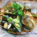 Enjoying fresh seafood from the kelong in their steamed seafood box suitable for 3-4 pax .