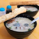 If you fancy some smooth & silky porridge, look no further than @thefamouszhou owned by MediaCorp actor Chew Chor Meng.