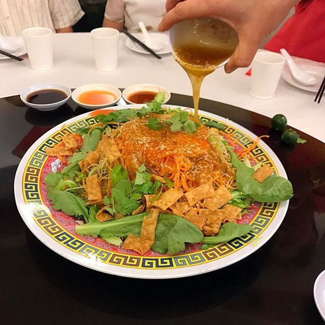 Being a teochew, our lo hei is a bit different from the typical cantonese style.
