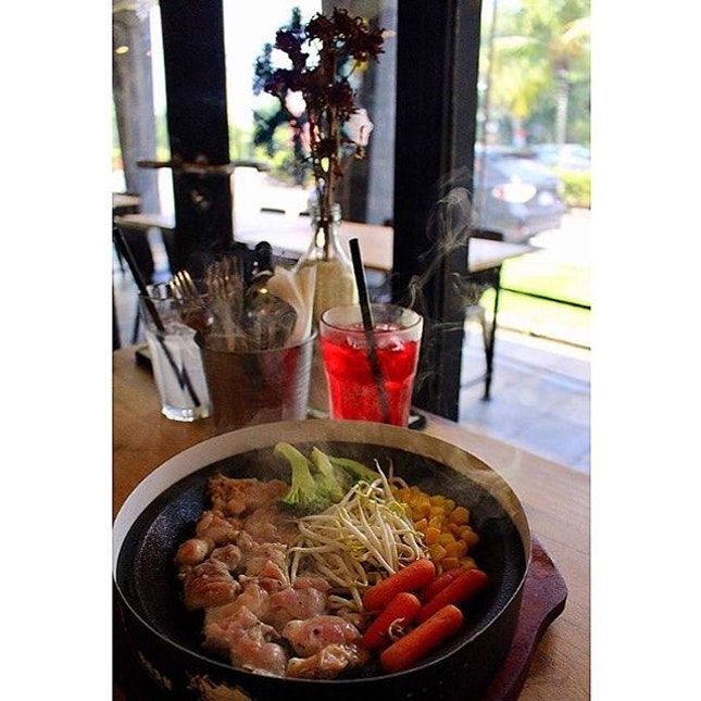 My sizzling hotplate of chicken, carrots, broccoli, corn and sprouts that was served with a plate of rice.