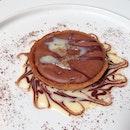 Il Tortino Di Chocolato Nero Con Salsa Di Cioccolato Bianco