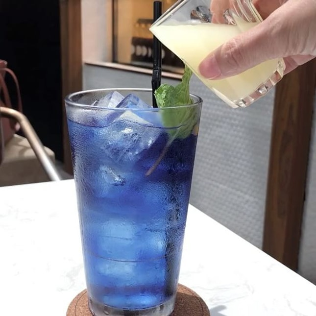 @thecoffeeacademicssg Butterfly Pea Lemon Soda See how the colour transform when the lemonade is poured in .
