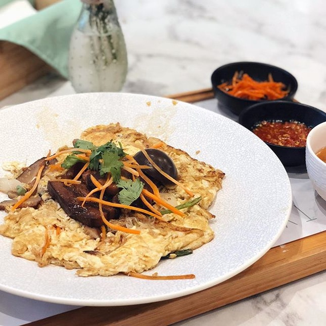 This Pan-seared Bee Hoon Pancake with Braised Pork Belly is a tad oily 📍Typhoon Cafe #04-67 Plaza Singapura .