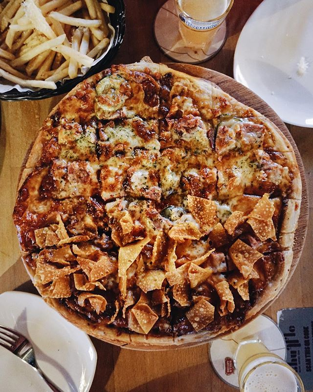 half & half pizza + truffle fries + beer + live band 😍😍