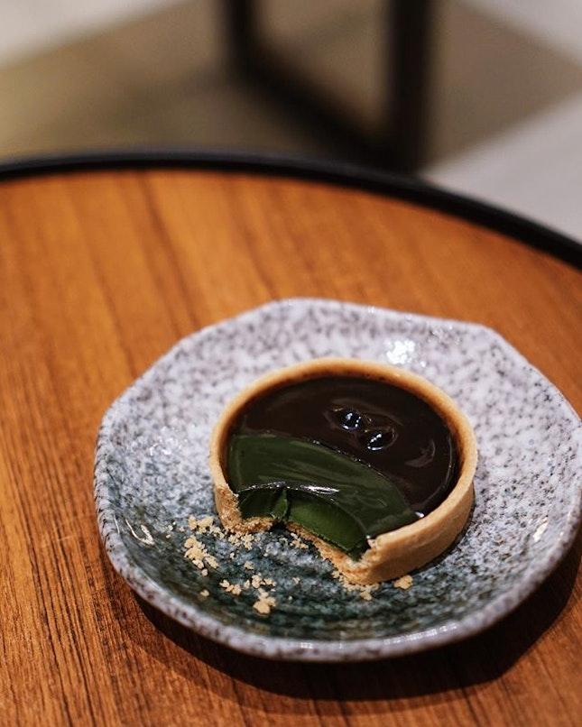 yin and yang of a matcha + houjicha tart 🍵