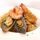 Spaghetti Seafood Tom Yum ($18.90) 🦐🐠 🍴Tastes more like aglio olio and less of Tom Yum.