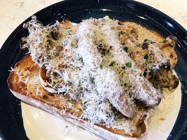 Creamy mushroom on sourdough ($14 + $3 Italian sausage) 🍞🍄 🍴2 big pieces of bread with creamy and yummy mushrooms.