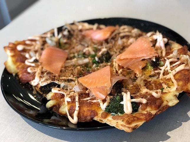 Geisha (half-portion $14.90 nett) 🍕 ⭐️ 4.5/5 ⭐️ 🍴A unique and delicious Japanese-Western fusion pizza comprising Norwegian smoked salmon, burnt (more like charred) broccoli, bonito & mentaiko mayo spread.