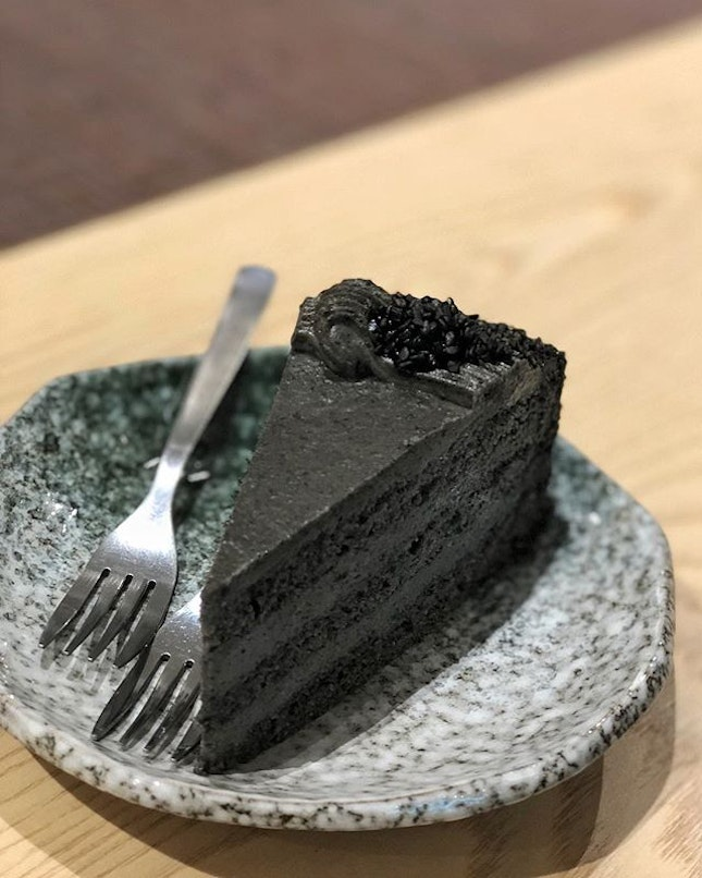 Goma Cake ($7.80) ⭐️ 4.5/5 ⭐️ 🍴Hvala's second outlet at #chijmes is spacious and pretty but gets crowded on the weekend.
