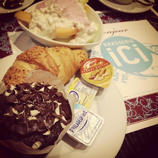 #goodmorning #sunrise #breakfast #morning #frankfurt #germany #energizer #muffin #croissant #muesli #fruits #healthy