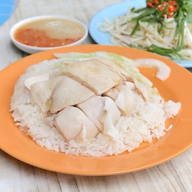 Sin Kee is a well-known name among chicken rice stalls in Singapore, mainly serving poached chicken rice Cantonese-style.