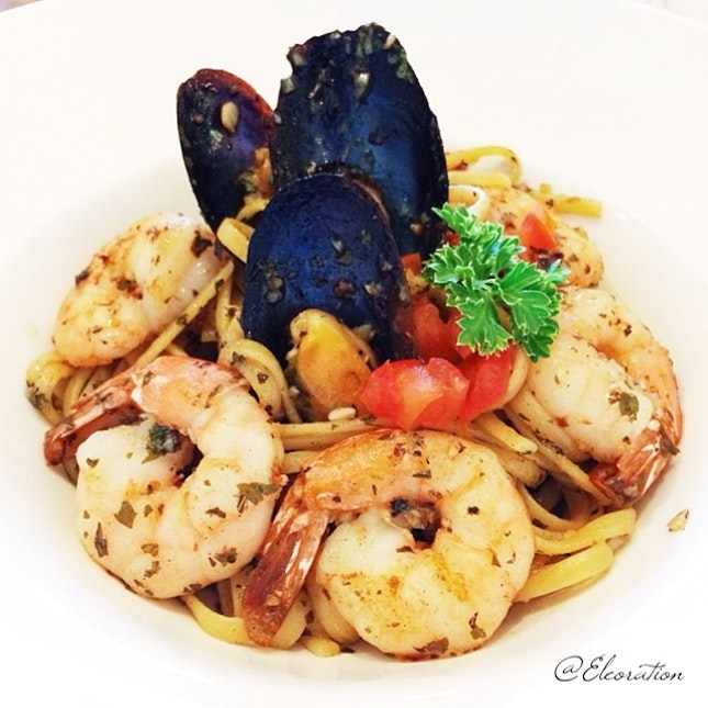 Ocean Linguine : Black Peppered Aglio Olio with Prawns and Mussels