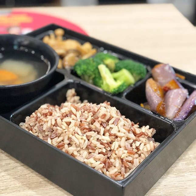 <🇩🇪> Wenn wir nicht mögen, uns selbst zu helfen, wird niemand uns helfen <🇬🇧> If we aren't willing to help ourself, nobody else will • 🍱: Healthy Bento - S$8.90 📍: @greendotsg Singapore