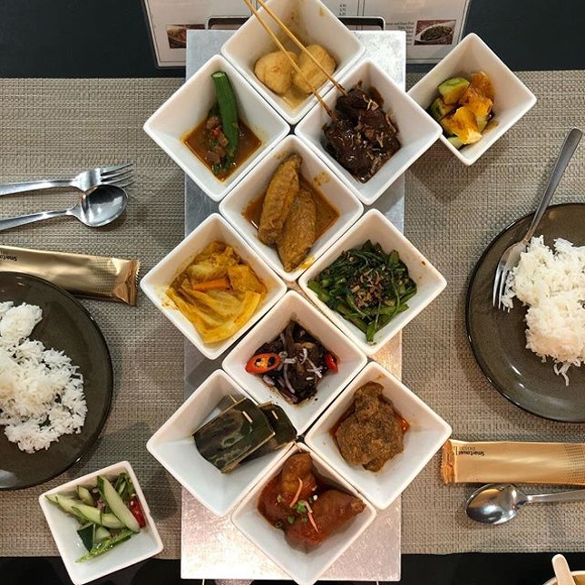 <🇬🇧> The Rice Table is a traditional Indonesian way of having a communal meals by means of displaying many dishes on the table • 🍚: Buffet Lunch - S$18.90++ 📍: @ricetable_singapore Singapore