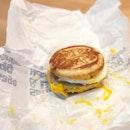 <🇩🇪> heute ist ein bisschen einzigartig, fastfood essen 😅 <🇬🇧> Today is a bit unique, eating fastfood • 🍔: McGriddles - S$5.4 📍: @mcdsg Singapore