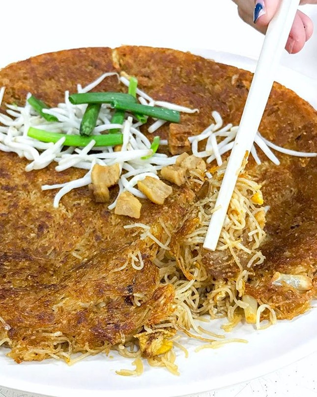 A crispy vermicelli layer on the top while the bottom lies a bed of moist egg-fried noodles with seafood.