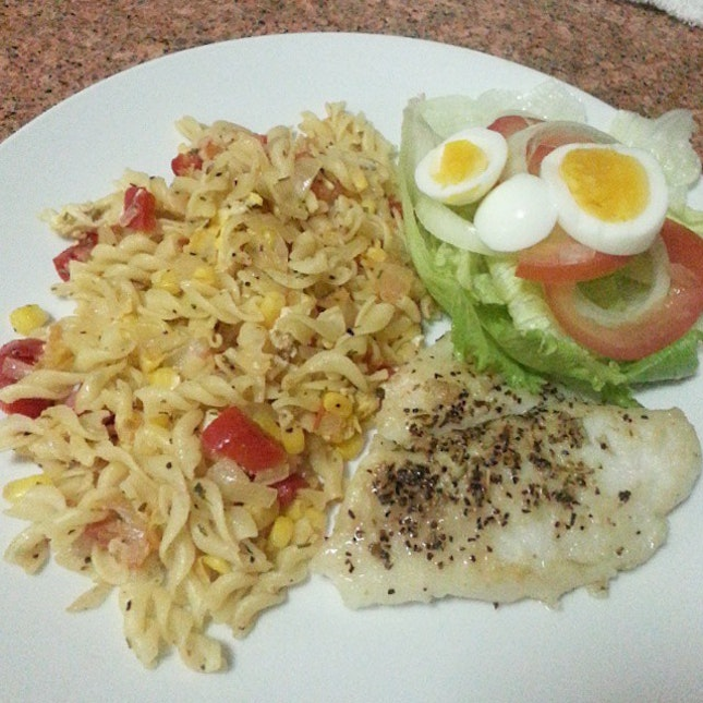 (〃^∇^)o彡☆ Late dinner~  Grilled Fish & Stirred Fried Pasta with Red Bell Pepper!