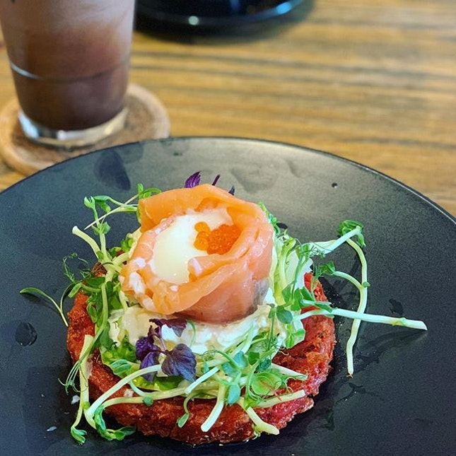 My usual order at @thecoffeeacademicssg, Le Smoked Salmon is served with beetroot and potato rosti (can't really taste the beetroot which is great for me), mango tzatziki and a sous vide egg topped with ikura.