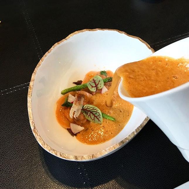 Le Homard cuit en ravioli aux champignons et sa bisque soyeuse.