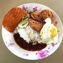 nasi lemak 👍🏻 31.7.18 #foodporn #sgfoodporn #foodsg #sgfoodies #instafood #foodstagram #vscofood #burpple #hungrygowhere #hawkerfood #hawkercentre