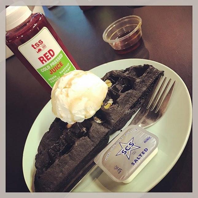 #customised #yourownchoice of #waffle #icecream #charcoalwaffle w/ #maplesyrup #redcoldpressedjuice 🍎 #getcleansed #energybooster #breakfast #served #inthehouse #friyay ✌🏻 #monthlyfridaybreakfast #instafood #instadrink #foodporn #foodlover #burpple #instajoy #instawork #chervonhouse #felzfooddiary