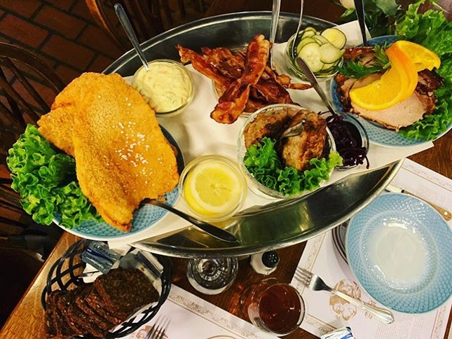 #dinethedanishway #traditional #danishcuisine in the #littlepharmacy #oldestrestaurantincopenhagen 🍴 #instafood #instadrink #foodporn #foodlover #burpple #instatravel #instalongweekend #detlilleapotek #copenhagen #denmark #dk #felzfooddiary #felztravelfootprint2019 #felzincopenhagen #felzindenmark