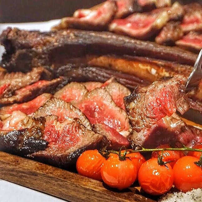 🔥 Ultra meat fest 🔥 That 30 day dry aged Tomahawk gets cut up into an amazing platter of medium rare greatness.