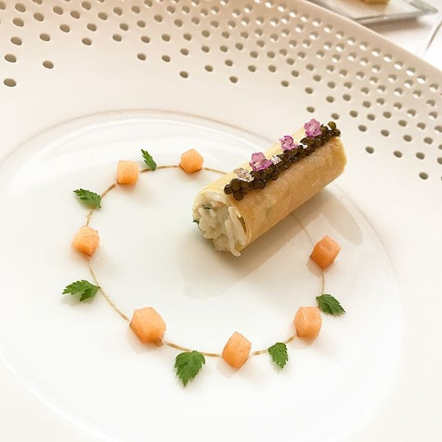 🦀Crab prepared au court-bouillon served in a roll of feuille de brick with caviar :: 🦆Duck foie gras terrine dry aged for 14 days with sauternes infused pear & a toasted brioche @lesamisrestaurant #frenchcuisine #finedining  #corainsingapore swipe for more pics 📲 .