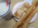 豆浆油条和鸡蛋肉松烧饼!
