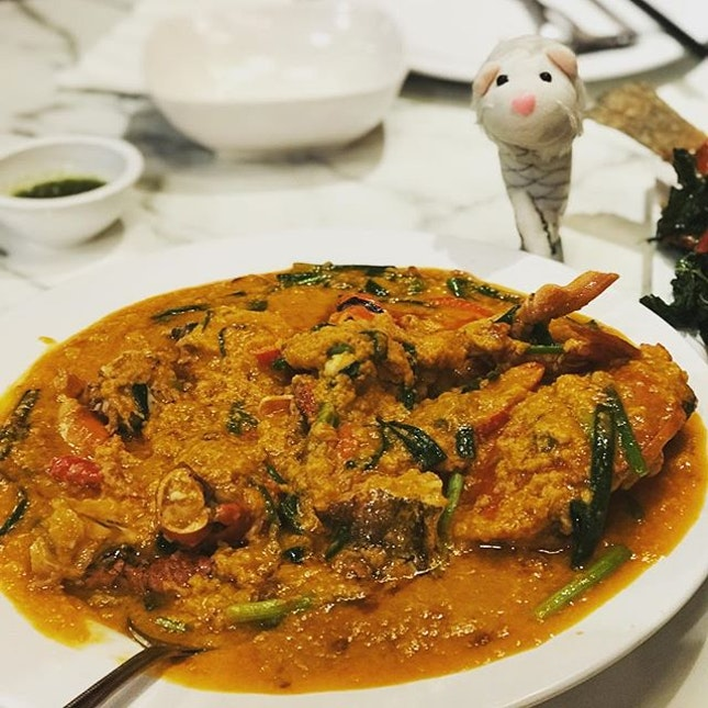 MerRyan has his favorite seafood today - famous Bangkok-styled curry crab.